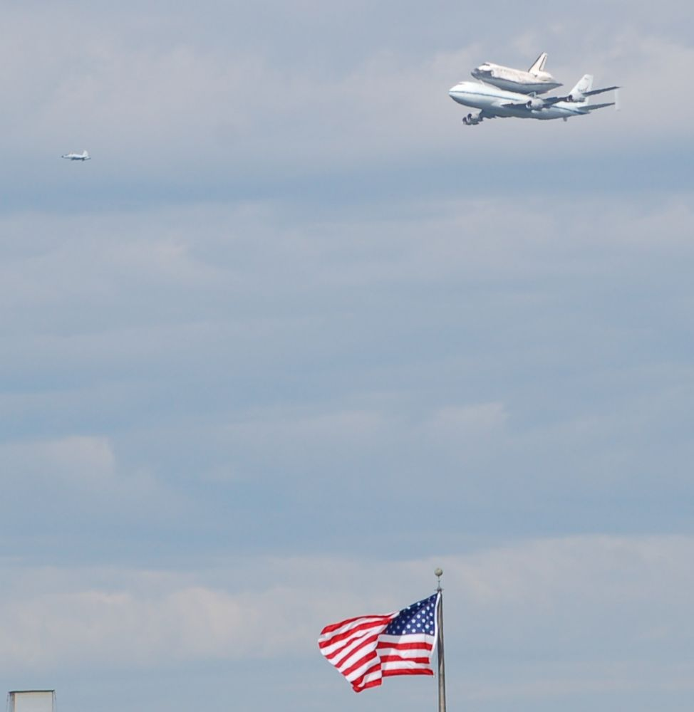 Discovery flies into DC